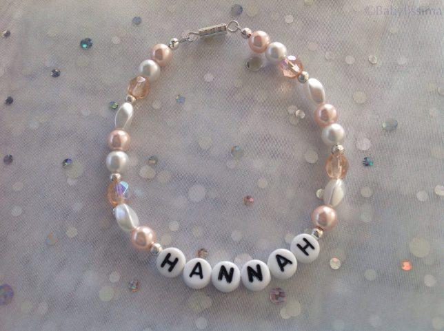 Armband mit Wachs- und Glasschliffperlen, Buchstabenperlen, Schmuckdraht und Drehverschluss € 14,99